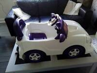 Girls 6 volt electric car with charger,age3-6 years.