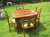 Very Nice Vintage 1920s Oak Extendable Draw Leaf Dining Table And Four Chairs.