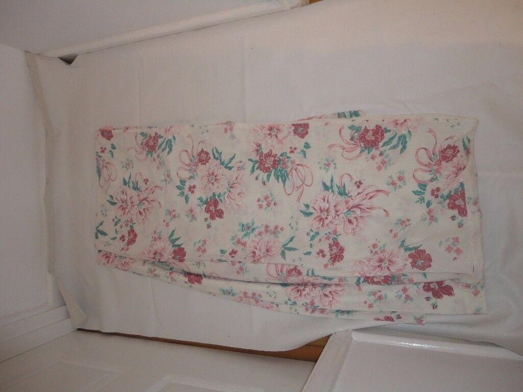 Duvet cover - Double 2 pillow covers Colour cream/pink flowers Good con £3