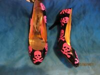 BLACK HIGH HEEL SHOES WITH PINK SKULLS SIZE 6 BY BLUE BANANA IN AS NEW CONDITION