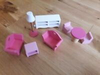 Dolls house furniture items 8 pieces
