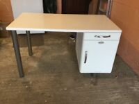 Malibu white Retro Icon desk