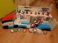 Paw patrol lorry and figures