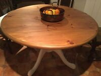 Waxed pine and chalk painted round pine shabby chic pedestal dining/kitchen table with 2 leaves. VGC