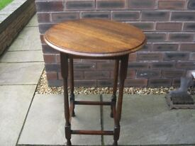 An attractive vintage round oak table with turned legs.