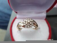 A LOVELY 9 CT GOLD 0.33 CT DIAMOND CLUSTER RING SIZE O.