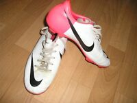 Boys size 5 NIKE football boots.