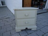 chest of drawers / bedside table