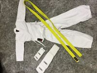 Karate outfit age 4-7 in good clean condition w shin pads and wrist pads and yellow belt