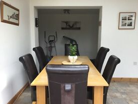 Oak Dining table extends to seat 6-8 with set of 4 chairs