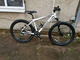 Scott white mountain bike with fluid brakes
