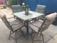 Patio set in excellent condition, 4 chairs and table all metal also includes cushions