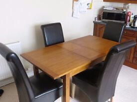 Extendable Dining Table in natural wood oak and set of four high back chairs