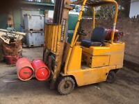 Caterpillar 2 and half tone gas forklift truck all in good working order good tyres
