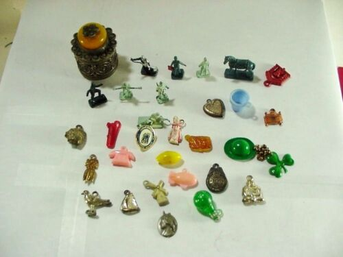 Lot #7: GUMBALL / CRACKER JACKS CHARMS / PRIZES PLUS OTHERS: 29 PIECES.