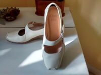Clarks cream-coloured wedge heels. Size 38 (5). Worn just twice. As new.