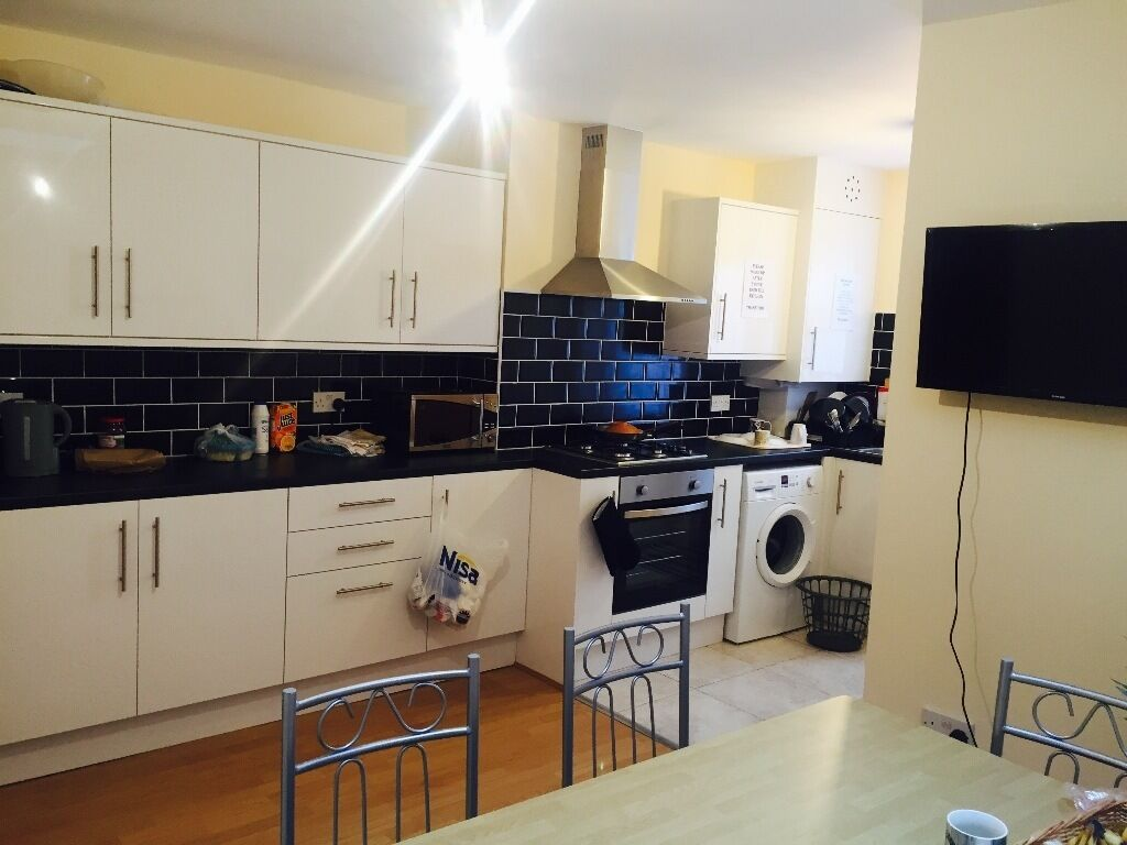 DOUBLE ROOMS TO RENT IN WALTHAMSTOW LONDON E17 VERY GOOD TRANSPORT LINKS CLOSE TO STATION