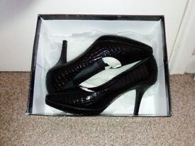 Beautiful hardly worn heeled black patent shoes