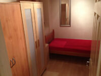 single room available now in clean flat, 10min walk to Barnes Tarin Station