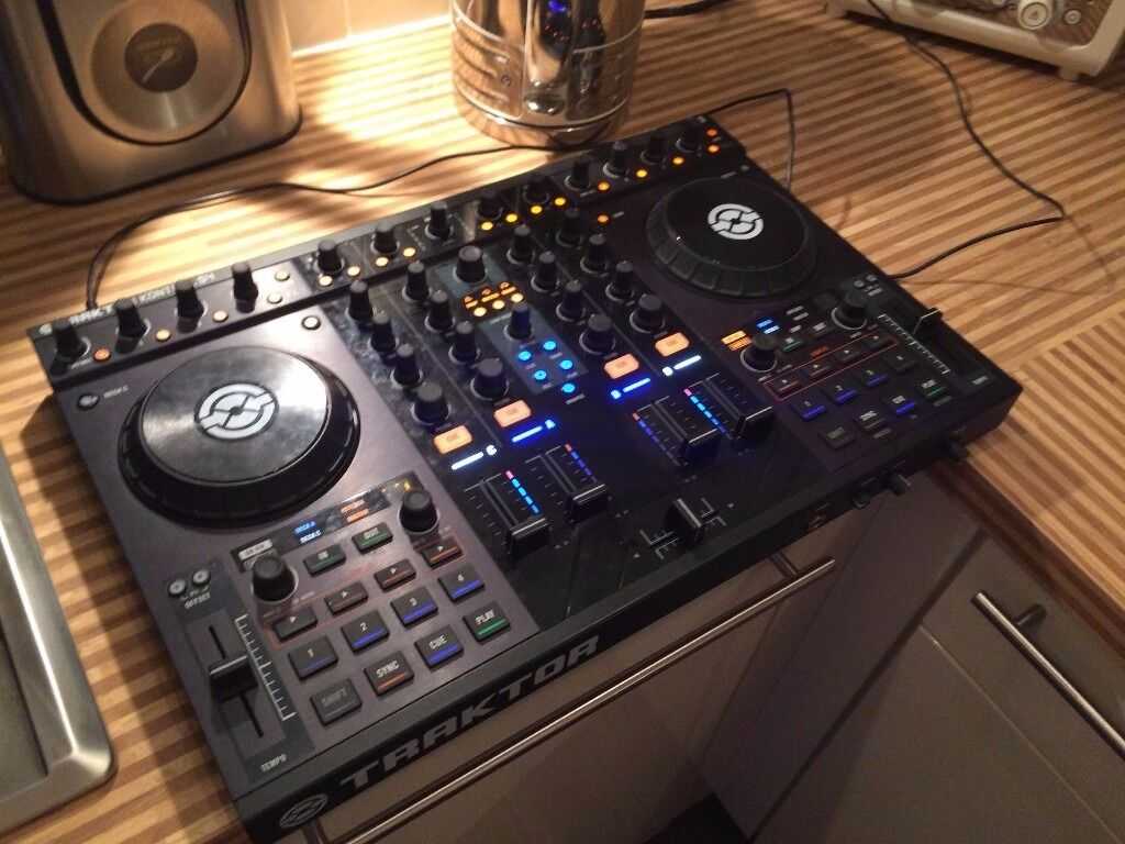 TRAKTOR S4 MK1 HIGH QUALITY USB DJ CONTROLLER, WITH CASE.