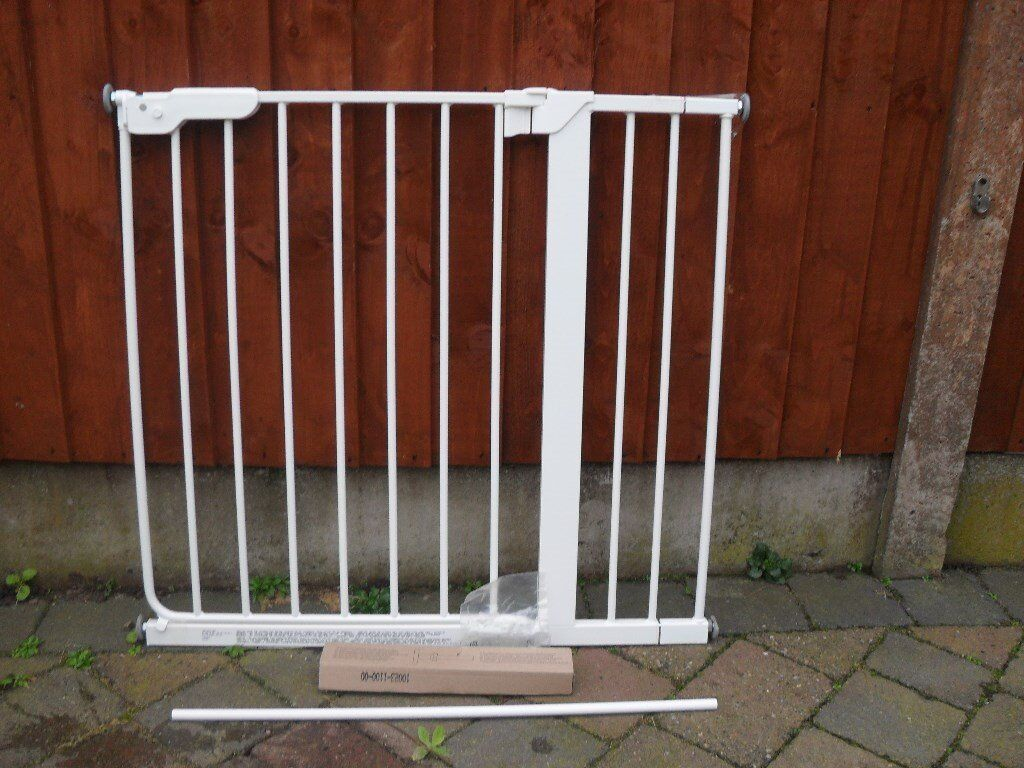Safety gate (pressure type) with extensions.