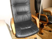 BLACK LEATHER SWIVEL OFFICE CHAIR.