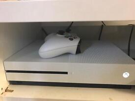Xbox one S white 2 controllers 1 game