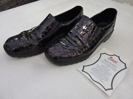 Brown patent ladies shoes - size 5