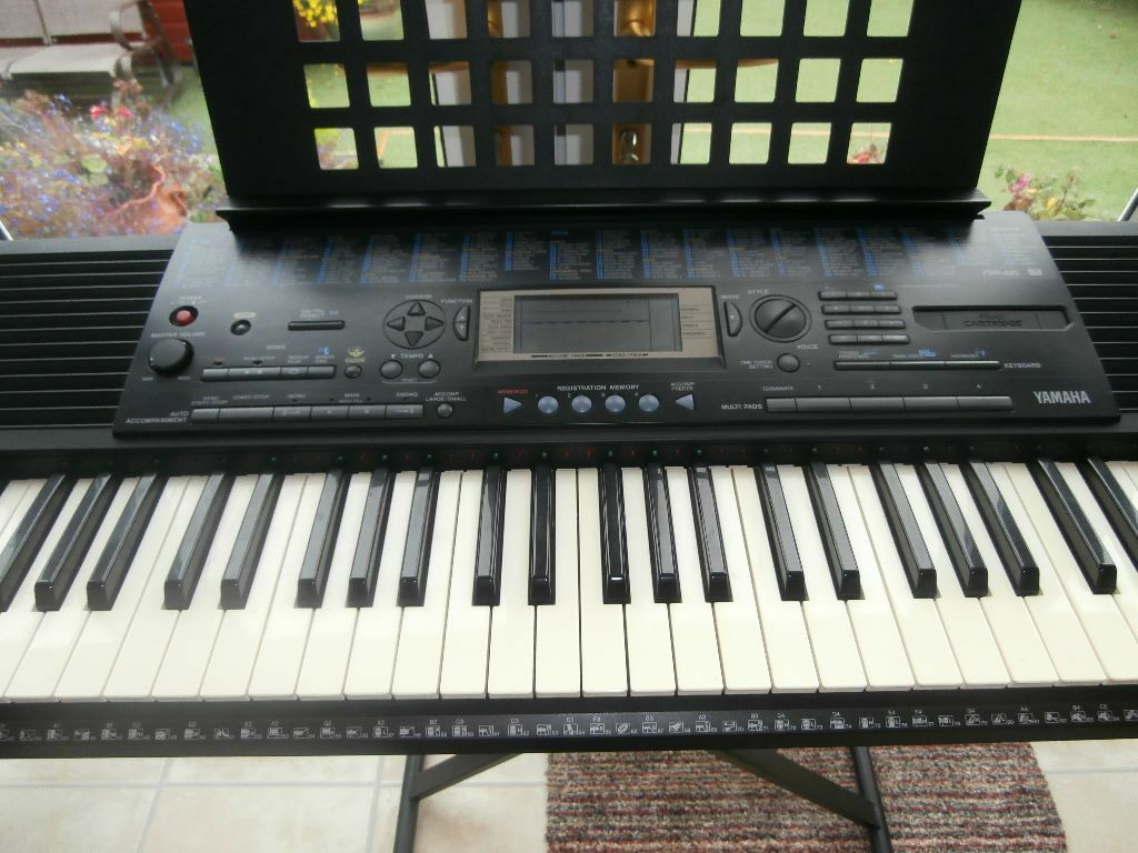 yamaha psr 420 keyboard with music stand and beginners