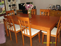 Beautiful rosewood (?) table and 6 chairs