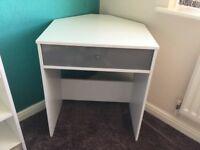 Corner desk in white