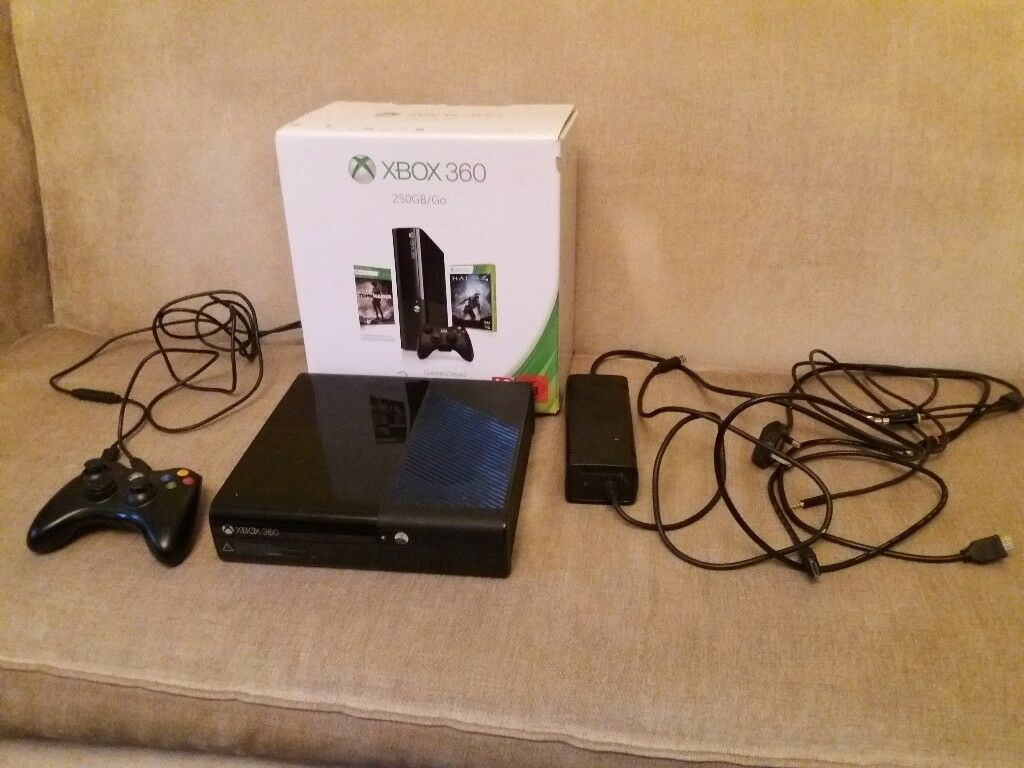 XBOX 360 with 14 GAMES and TURTLE BEACH HEADSET
