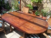 Extending round garden table