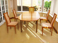 EXTENDING DINING TABLE & 5 CHAIRS IN VERY GOOD CONDITION (4 CHAIRS & 1 ORNATE CAPTAINS CHAIR)