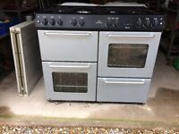 New world gas cooker with hotplait and electric black hood