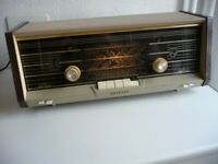 VINTAGE PHILIPS PLANO VALVE RADIO IN NEAR MINT CONDITION!! FULLY WORKING