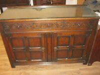 VINTAGE ORNATE OAK SIDEBOARD. 3 DRAWERS, & 2 CABINETS. DETACHABLE GLASS TOPPER. VIEWING/DELIVERY POS