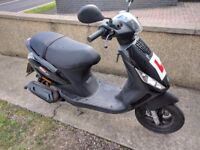 Hardly used Black Piaggio ZIP 50 2T - with helmet and gloves