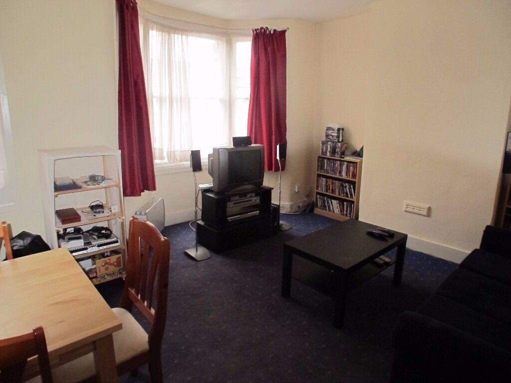 A ONE BEDROOM FIRST FLOOR VICTORIAN CONVERSION FLAT LOCATED CLOSE TO THE BAKERS ARMS.