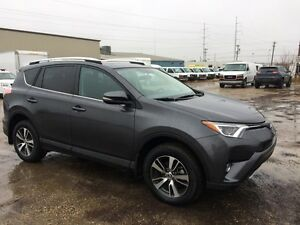 2016 Toyota RAV4 XLE, Cross-Traffic Alert, Blind Spot Monitoring Edmonton Edmonton Area image 2