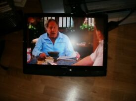 DIGITAL FREEVIEW GRUNDIG TFT LCD 22 INCH TV WITH BUILT IN DVD PLAYER