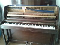 MOORE & MOORE CONSOLE UPRIGHT PIANO