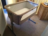 Chicco Next To Me Bedside Crib in Dove & 4 Fitted Sheets