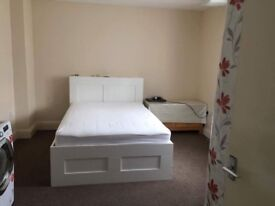 Very clean large double room to rent very quite on main road
