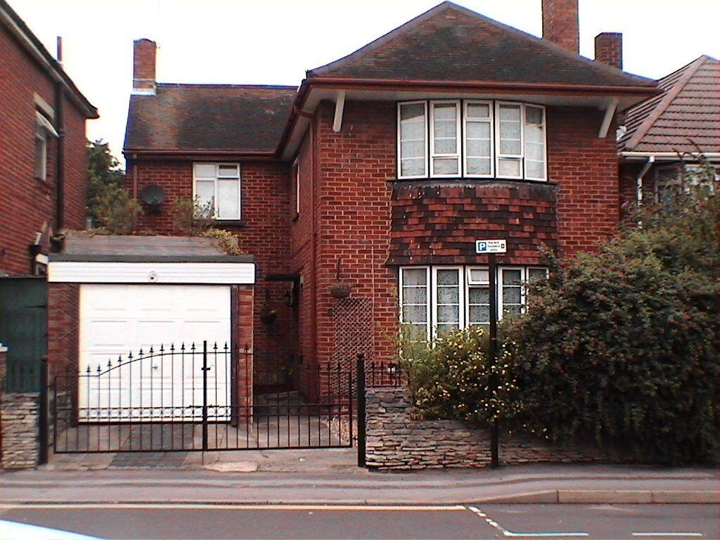2 GROUND FLOOR DOUBLE ROOMS TO LET IN DETACHED HOUSE (ONE EN SUITE) AND 2 PARKING SPACES AVAILABLE