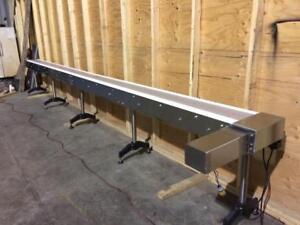 Grand convoyeur de 20', Table top en acier inoxydable, neuf -- New 20' long stainless steel table top conveyor