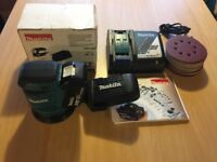 NEW UNUSED MAKITA ORBITAL SANDER BOXED DB010Z WITH MAKITA 18V 4 AH BATTERY AND CHARGER AND 50 DISCS