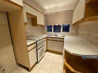 2 bedroom flat in Chalforde Gardens, Gidea Park, RM2 (2 bed) (#1123411)