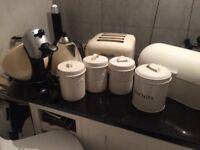 Dehlongi kettle and 4 slice toaster. Creme kitchen stuff