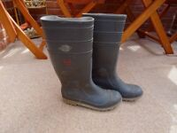 Men's wellingtons with steel safety caps. Size 8.